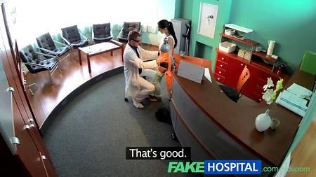 Фейковый медик натянул на член пациентку на рабочем месте в кабинете