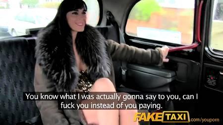 Брюнетка в откровенно шлюшьем наряде сама пихает себе в анал член водителя Fake Taxi и умело сосет его в окончании