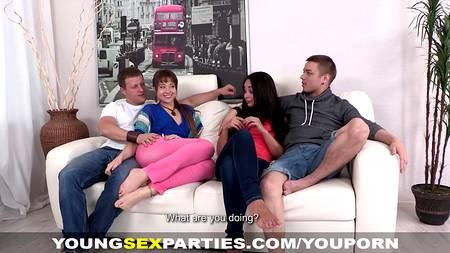 Две молодые пары совместили занятие сексом в квартире на белом диване