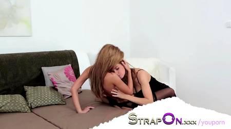 Страпон помогает близким подругам насладиться вкусом первого лесбийского секса