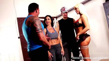 Две спортивные девахи с накаченными мужиками устраивают потную оргию прямо в тренажерном зале