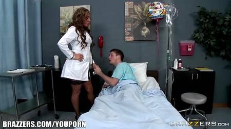На одноместной койке в больнице смелая докторша трахается с пациентом из стационара
