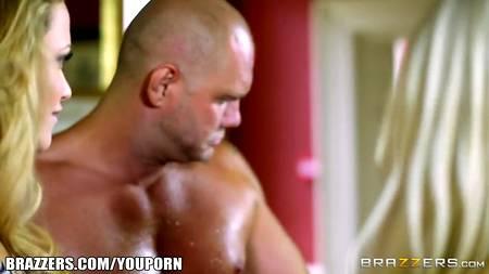Лысый мужлан развлекает шикарных любовниц в гостиной огромным членом
