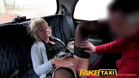 Зрелая женщина после работы трахается с водителем такси в салоне автомобиля