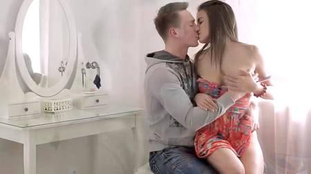 Голая молодая пара является любителем нежного секса за столиком