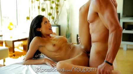 Худенькая массажистка устраивает горячий секс с классным клиентом в масле