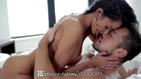 Брюнетка Breanne Benson осчастливила любимого мужчину утренним сексом на постели