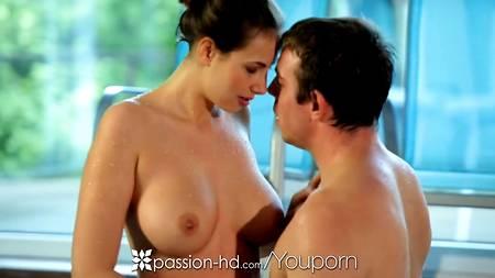 Ебля после плаванья в бассейне - отличное решение для голых влюбленных в порно