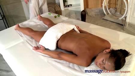 Межрасовый секс с чешским массажистом в салоне красоты не без интимного геля
