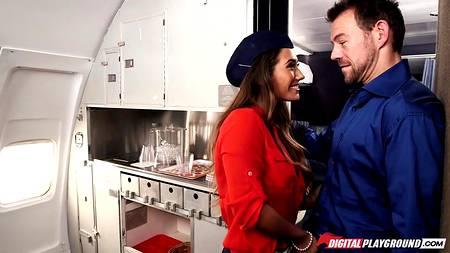 Отчаянная стюардесса трахается с пассажиром первого класса, стараясь не привлекать внимание других людей в салоне
