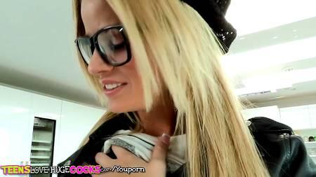 Не надо стесняться понравиться симпатичной девушке, вроде этой блонды, и тогда будет секс