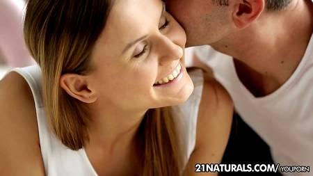 Молодой человек кончает во влагалище любимой после супер секса с эмоциями посреди дня в комнате