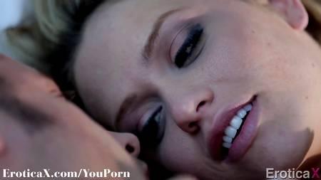 Поцелуи, оральный секс и вагинальное совокупление с семяизвержением внутрь прекрасной девушки на постельке