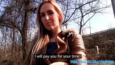 Ради денег незнакомка готова отсосать член и потрахаться с незнакомцем в укромном месте
