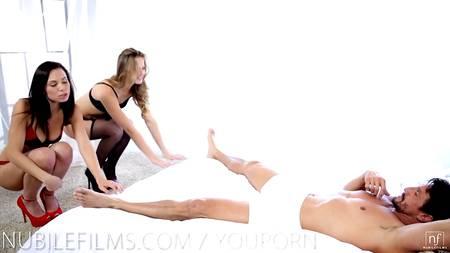 Крепкий мужлан трахается с двумя потаскухами на белоснежной постели