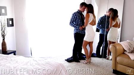 Красивая сцена постельного секса молодой пары с влюбленными глазами в порно HD