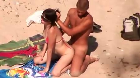 Голая пара ебется на общественном пляже перед скрытой камерой