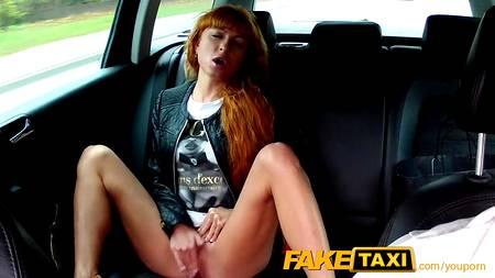 Рыжуля онанирует письку в салоне такси, привлекая внимание водителя для хорошего секса