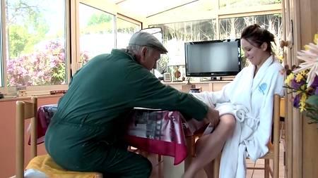 Приезжая провинциалка сняла халат, отправившись трахаться с седым пенсионером на кровати