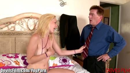 Зрелый чиновник трахает голую худенькую блондиночку на кровати себе в удовольствие