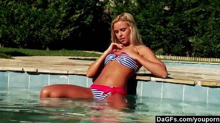 Нагая блондинка купается в бассейне и дрочит киску на суше в эротическом HD соло