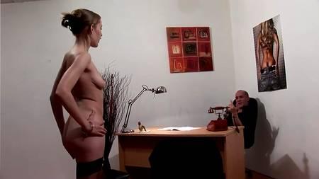 Сучка в чулках трахается и возле стола, и в сауне со своим начальником