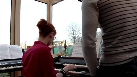 Рыжая музыкантка после недолгого занятия чпокалась в попку с наставником