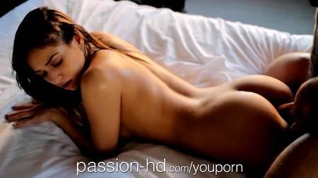 Очаровательная бэйби принимает пенную ванну и трахается с массажистом на постели