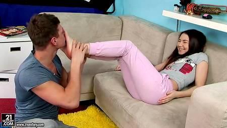 Парень вылизывает ноги и киску подруги прежде, чем трахнуть тугую попку