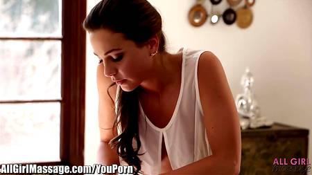 Лесбийский секс на массажном столе - норма, которую частенько практикуют девицы