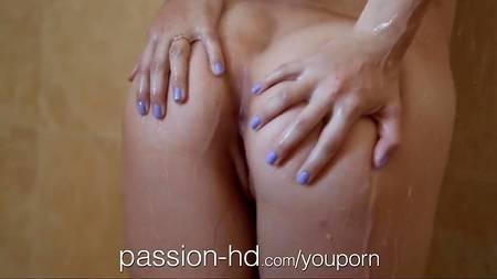 Приняли душ, занимаясь кунилингусом, минетом и вагинальным сексом