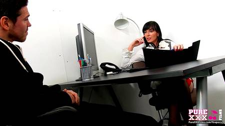 Страстная секретарша побудила клиента присунуть хуй в пизду в офисном порно