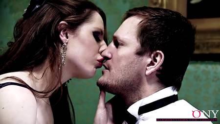 Гламурная британка не боится холода, согреваясь сексом в поместье с бароном