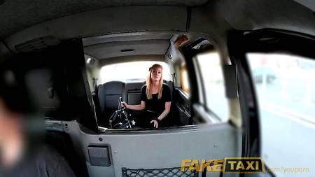 Таксист легко развел на секс молодую давалку в салоне машины, удивляясь ее склонностью к случайным связям