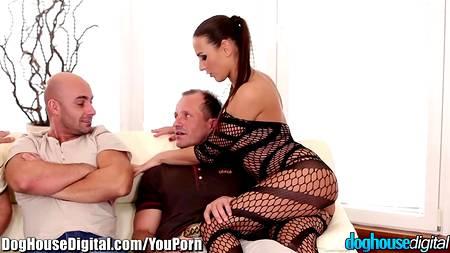 Четыре мужика дерут самовлюбленную сучку, которая хочет внимания и двойного траха