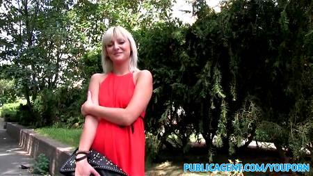 Пацан представился крутым фотографом, развел блондинку показать сиськи на камеру, а затем жахнул ее в пизду