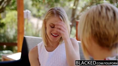 Две опрятные блондинки решили сделать что-нибудь грязное и устроили оральную оргию с негром, которому отсосали хер и вылизали очко