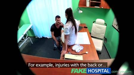 Скрытая камера в кабинете клиники сняла секс медсестры и пациента