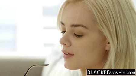 Белая девушка пытается увести чернокожего любовника у негритянки, трахаясь с ним в спальне