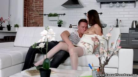 Диванное сношение любящих партнеров с оральной прелюдией на диване