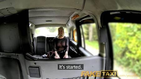 Агрессивная пассажирка делает глубокий минет, лижет очко таксисту и жестко трахается в салоне