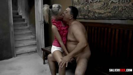 Жирный мужик властно тискает щупленькую блондинку, заставляет ее сосать хуй и ебет в разных позах