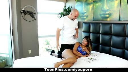 Лысый мужчина не откажется переспать с подружкой, которая не бреет лобок