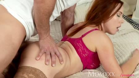 Зрелая рыжая телка предпочитает заниматься сексом с мужиками постарше, так как они знают, как доставить ей удовольствие