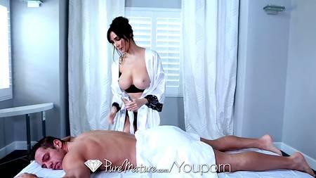 Массажистка с огромной грудью трахается в спальне с обаятельным клиентом