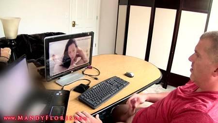 Мужчина смотрит порнуху за столом и трахает подругу после этого