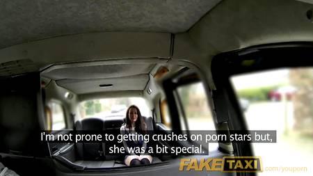 Фейковый таксист ебет дающую пассажирку в салоне машины, целясь в тугую задницу