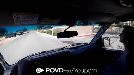 Случайный секс в автомобиле с попутчицей в жанре порно от первого лица