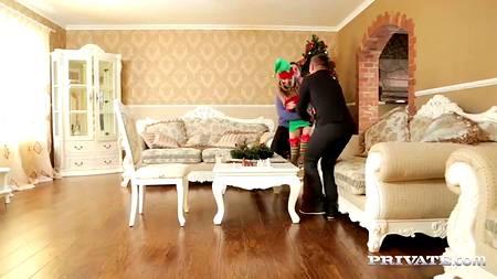 Рождественская ЖМЖ групповуха с наряженной девушкой и двумя серьезными ребятами