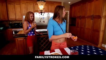 Прекрасный секс близких людей вдвоем в День Независимости США с патриотичным настроем